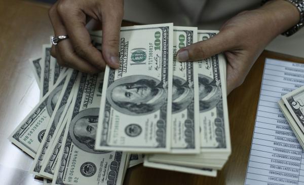 Dollarla ayrılan kreditlər manata konvertasiya ediləcək
