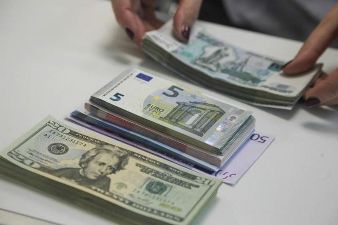 Bugünkü hərracda dollar ucuzlaşıb