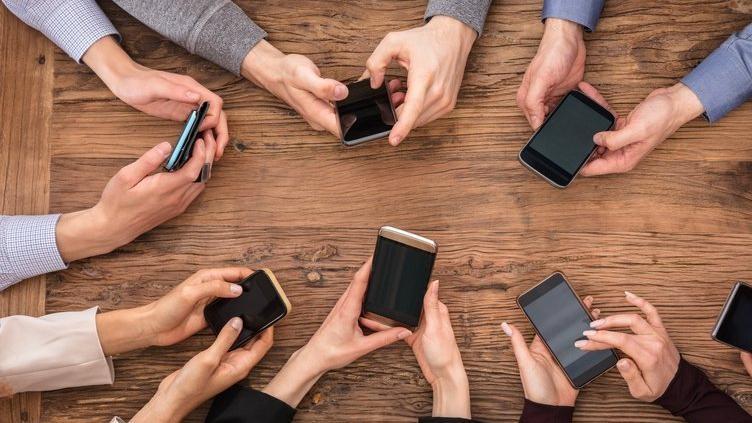 3 mobil operatorun 8 aylıq gəlirləri açıqlanıb