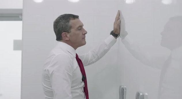 В КАЗАХСТАНЕ АНТОНИО БАНДЕРАС РАБОТАЕТ ПРОСТЫМ МЕНЕДЖЕРОМ БАНКА
